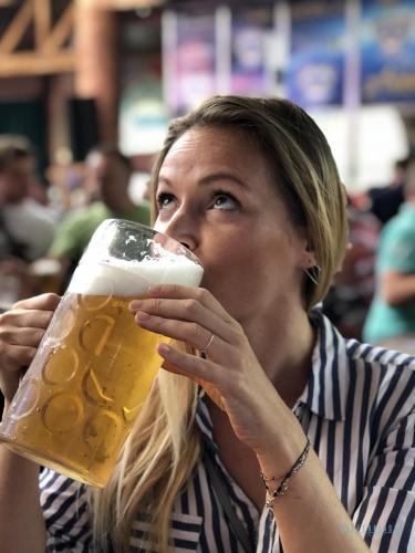 Megapark - Conny kostet Toms Bier